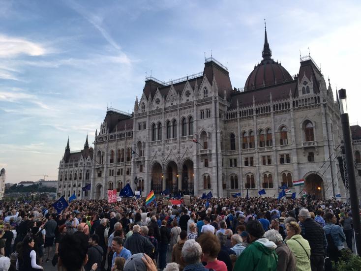 """""""Mocskos Fidesz!""""-től volt hangos a Kossuth tér -VIDEÓ"""