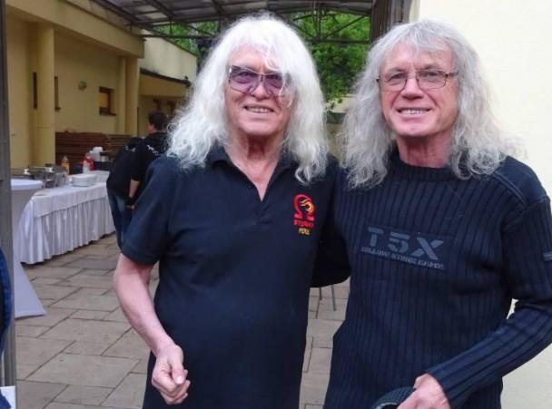 Kóbor-láz: Az Omega énekesét festménnyel lepte meg kisudvarnoki hasonmása
