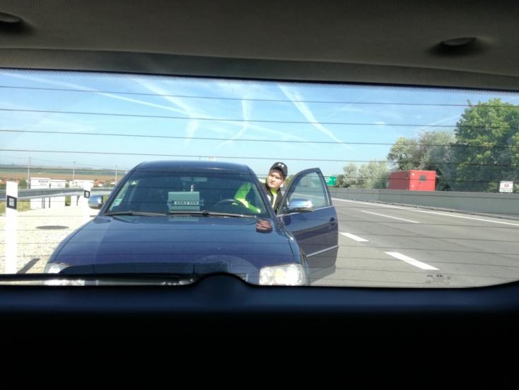Rendőrnek adja ki magát egy csaló az R1-es gyorsforgalmin!