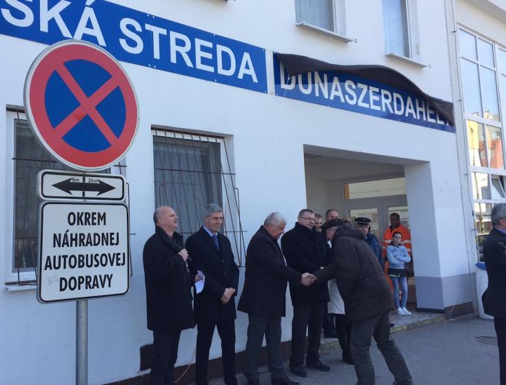 Kihelyezték a magyar táblát a dunaszerdahelyi vasútállomásra