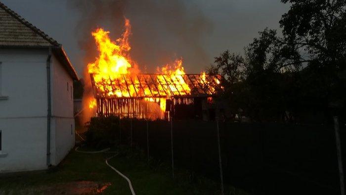 Porig égett egy istálló, miután belecsapott a villám