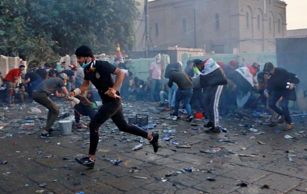 Irakban több tüntető meghalt a biztonságiakkal folytatott összecsapásokban