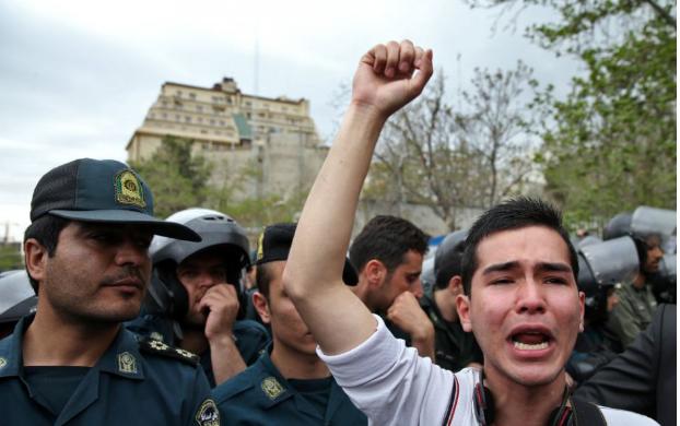 Éles lőszert is bevetettek a tüntetők ellen Teheránban (VIDEÓ)