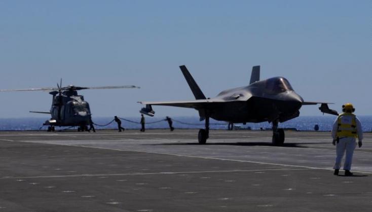 Amerikai harci gépek a II. világháború óta első ízben hajtottak végre bevetést idegen repülőgép-hordozóról