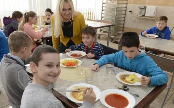 Fico: Szeptembertől az alapiskolásokat is megilleti az ingyenes ebéd