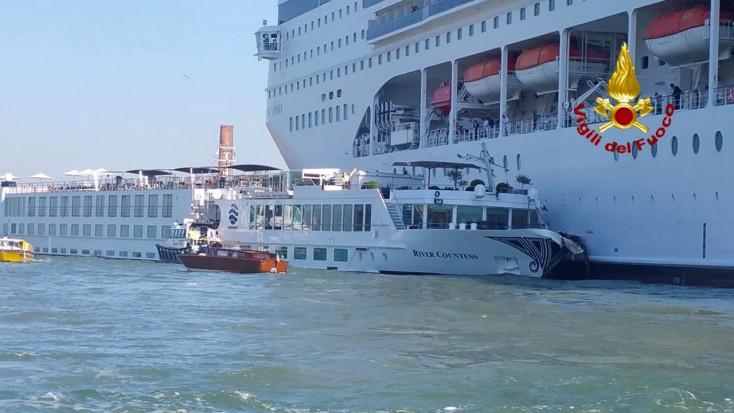Turistahajónak ütközött egy tengerjáró hajó Velencében, többen megsérültek! (VIDEÓ)