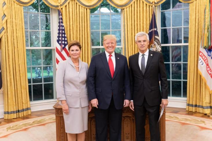 Trump lepacsizott az új szlovák nagykövettel