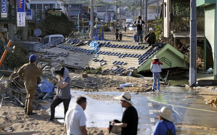 Japánban még mindig túlélők után kutatnak