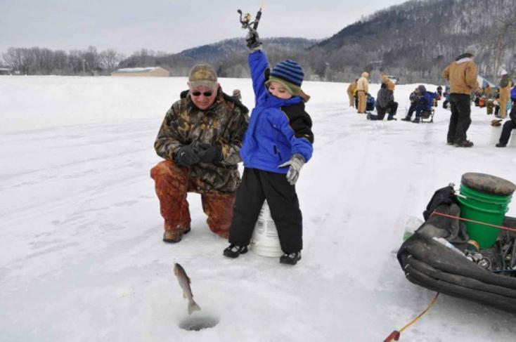 Horgászokat kellett kimenteniegy sodródó jégtábláról. Félezret!!!