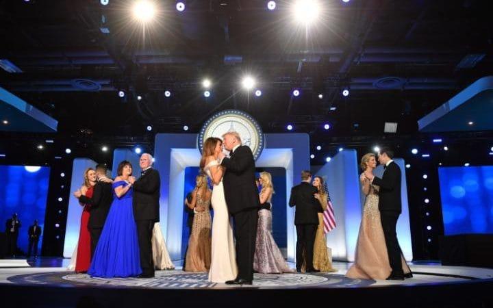 Az új amerikai elnök és felesége három bált nyitott meg táncával (videó)
