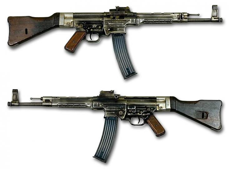 850 fegyvert, köztük 30 Kalasnyikovot adottel az olasz maffiának egy apa meg a fia