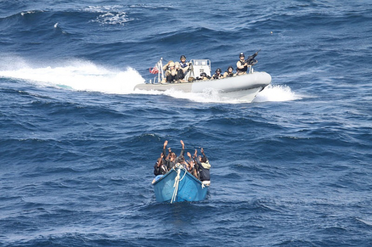 Kalózok meglőtték a biztonsági személyzetet, egy görög hajó négy matrózát meg elrabolták