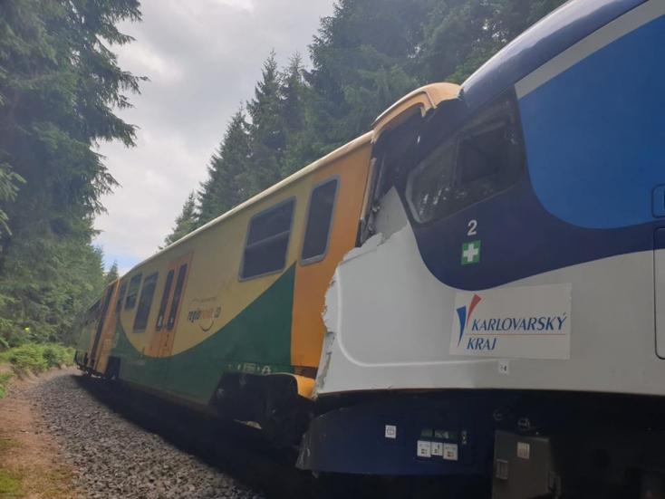 Legalább két ember meghalt, mintegy harmincan megsérültek egy csehországi vonatbalesetben