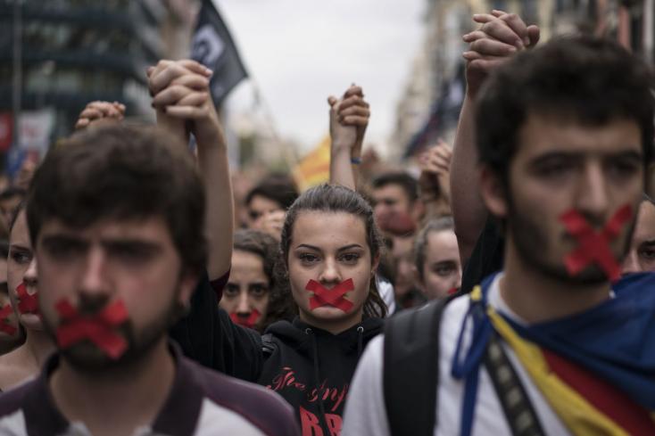 KATALÓNIA: Az alkotmánybíróság felfüggesztette a katalán parlament ülését