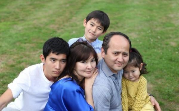 Egy kazah disszidens családját rabolta el és kényszerítette haza hat olasz rendőr!