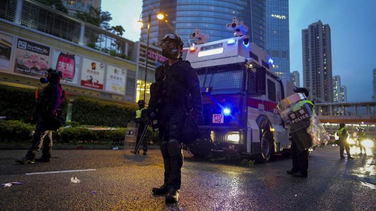 Hongkongi tüntetések - Egy rendőr figyelmeztető lövést adott le