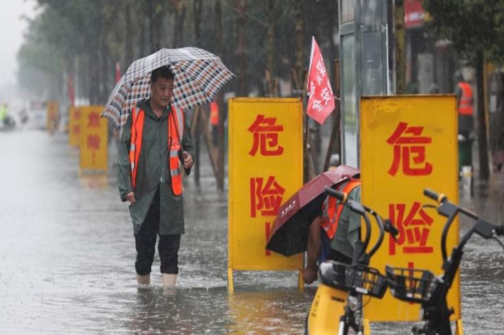 Százak rekedtek a kínai Csengcsou metrójábana súlyos áradások miatt