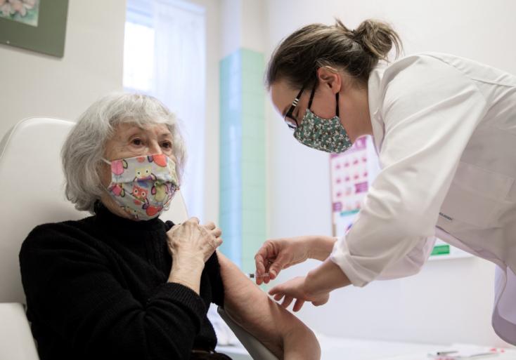 Már a kínai vakcinával is oltják az időseket Magyarországon