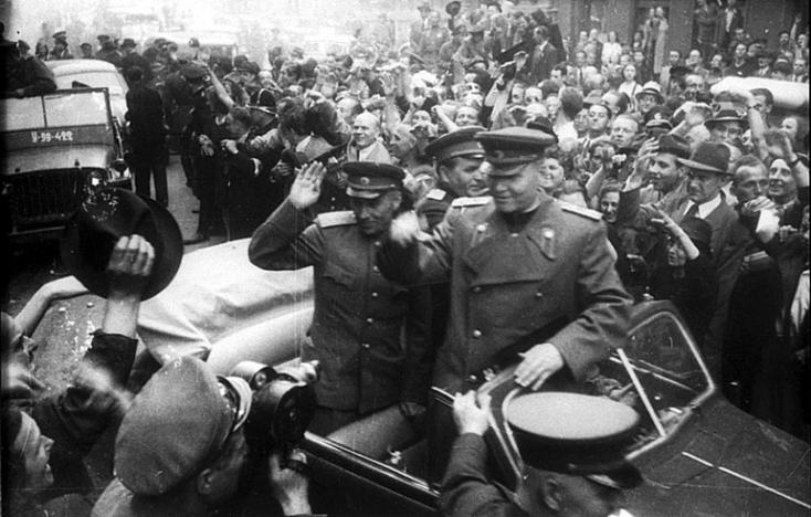 Tombolnak az oroszok, mert egy magyarokat leigázó marsalljuk szobrát eltávolítják a csehek