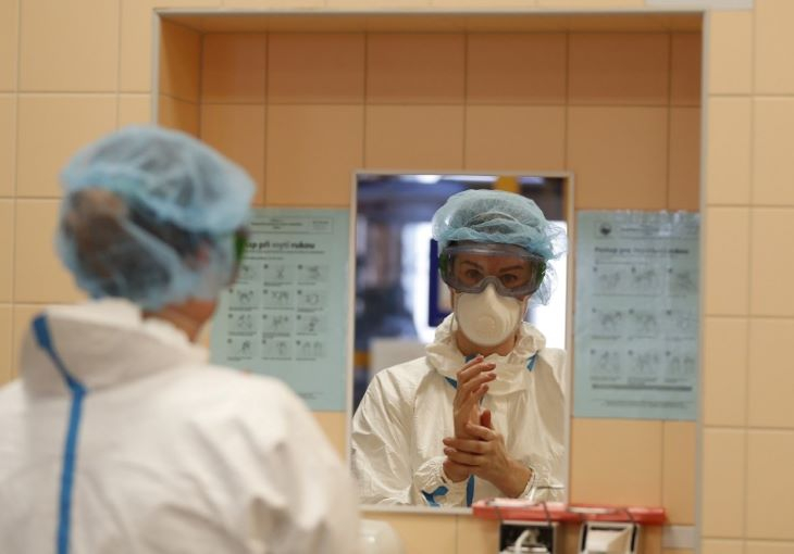Csehországban csak a kórházi helyzet javulása esetén mérséklik az óvintézkedéseket