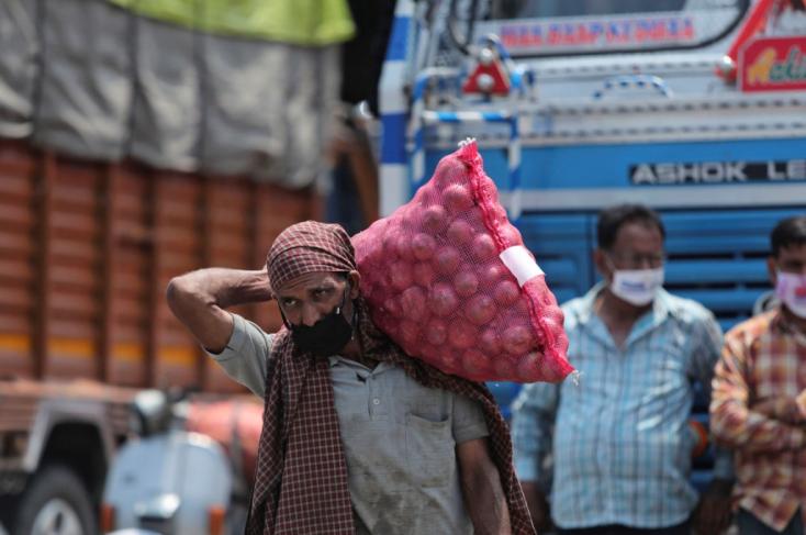 Indiában gyártanák a koronavírus elleni oltóanyagot a szegényebb országok számára