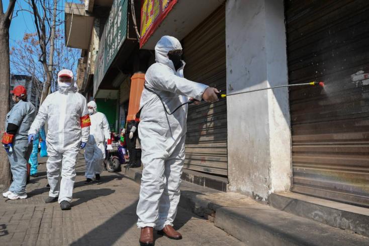 Újabb tisztviselőket menesztettek a kínaiak a koronavírus gócpontjában