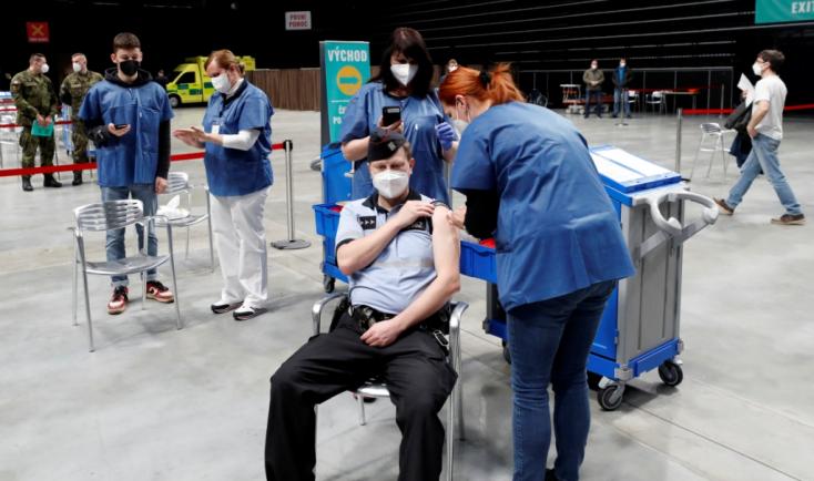 Emlékeztető oltásokra és gyerekek számára rendelne 1,8 milliárd vakcinát az EU