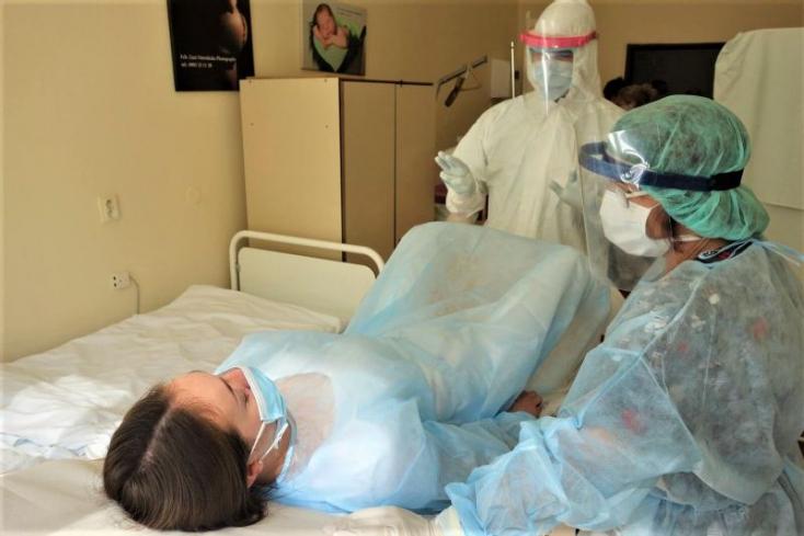 Ilyen egy szülés, ha koronavírusos az anyuka - FOTÓK