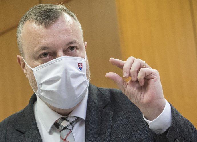 Krajniak azzal dicsekedett, hogy a minisztérium 2 milliárd eurót fizetett ki járványügyi segélyként, Raši mégis kritikával illette őt