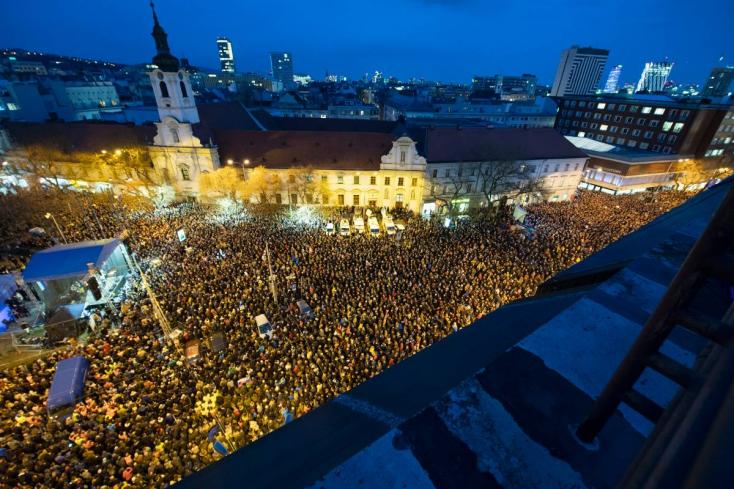 Tízezrek tüntettek Pozsonyban: Fico, Danko és Kováčik fejét követelik!