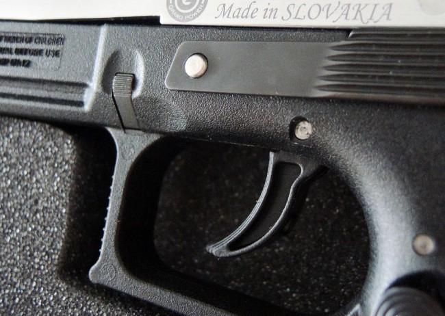 Fegyverrel fenyegetett meg két fiatalt egy ismeretlen férfi