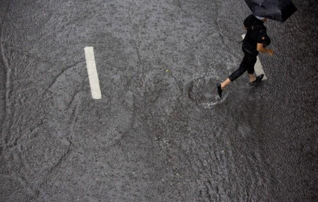 Komáromban kitisztítják az esőnyelőket a heves esőzések után