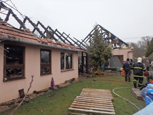 Teljesen lakhatatlanná vált a családi ház bősi tűz következtében