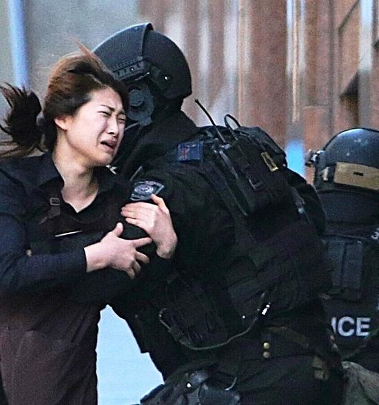 VÉGJÁTÉK: Behatolt a sydneyi kávéházba a rendőrség – megölték a túszejtőt!