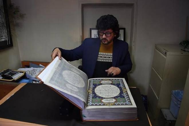 Selyemre festett Koránt készítettek kalligráfusok