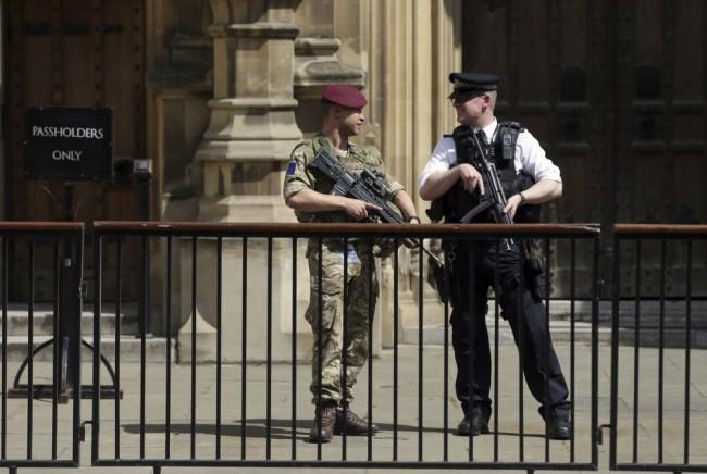 Őrizetbe vettek a brit parlamentnél egy embert, mert kés volt nála