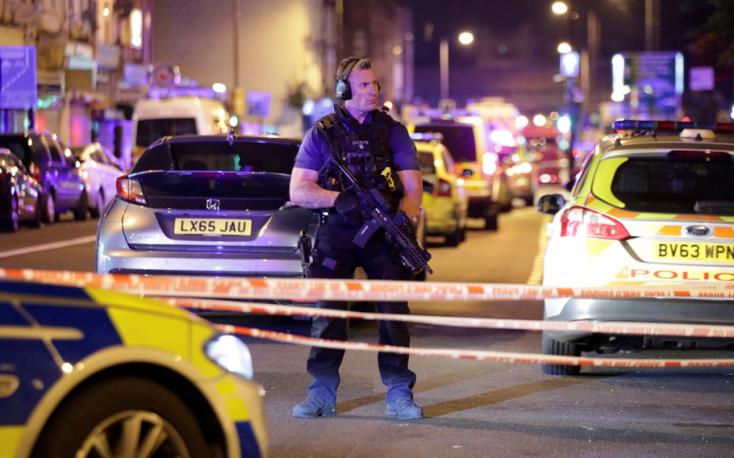 Mecsetből távozó muszlimok közé hajtott egy furgon Londonban