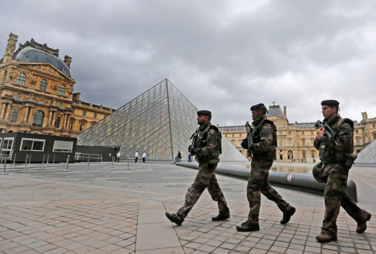 Zuhant a párizsi Louvre látogatóinak száma a terror miatt