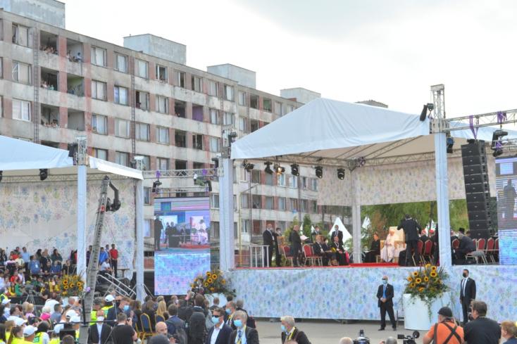 Ferenc pápa megérkezett a kassai Luník IX-re, 2000-en várták (Fotók)