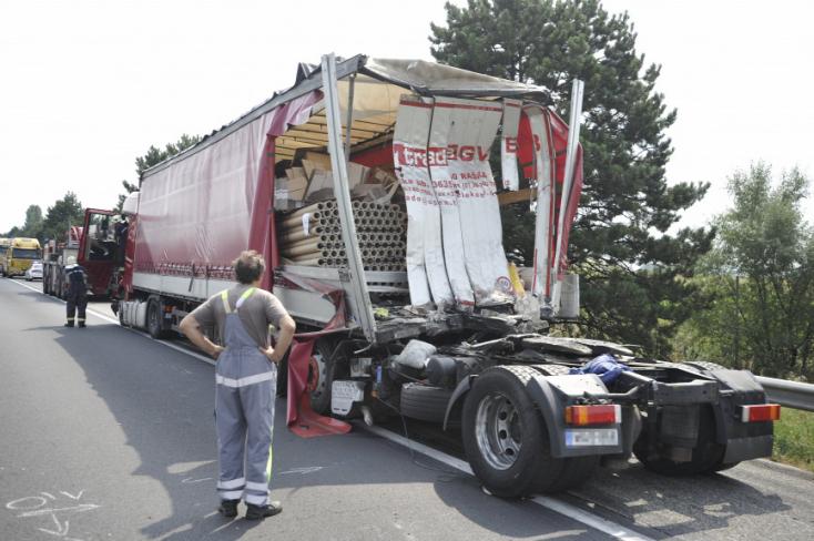 Két kamion karambolozott az M1-es sztrádán, az egyik sofőr meghalt