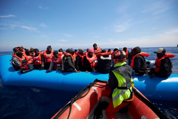 Négy EU-tagország fogadja be a Máltánál veszteglő hajó utasait
