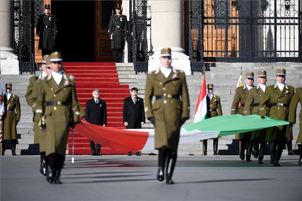 Március 15. - Felvonták a nemzeti lobogót Budapesten az Országház előtt
