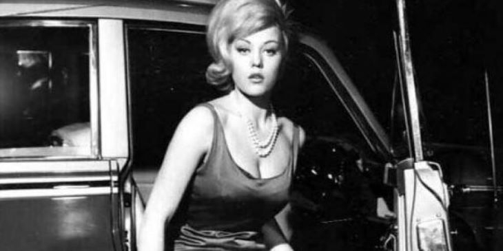 Elhunyt Margaret Nolan, a Goldfinger című Bond-film aranytestű címlaplánya