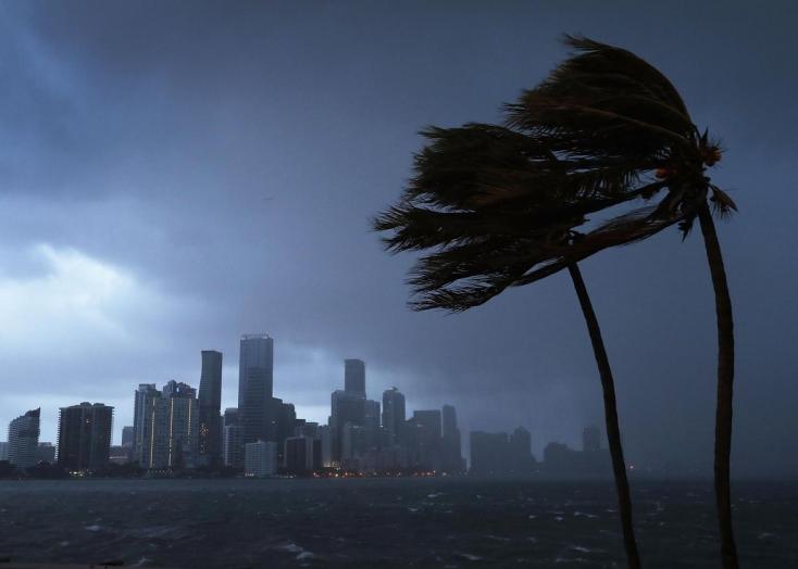 Megérkezett Floridába az orkán erejű szél