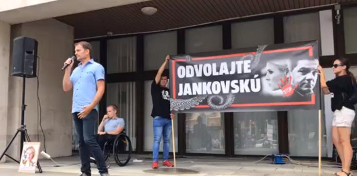 """""""Majmocska"""" miatt már tüntetnek a minisztérium előtt"""