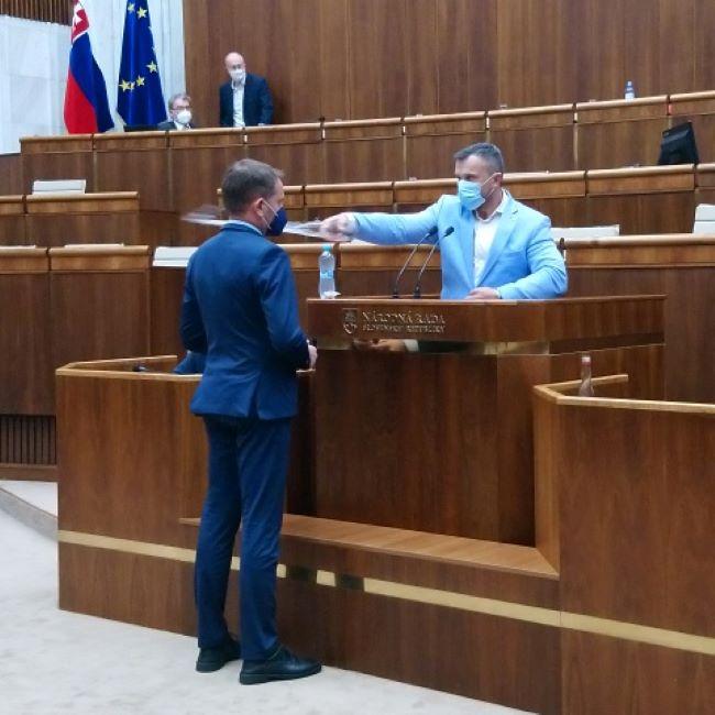 Mivel Matovičot a parlamentben arcon löttyintették vízzel, teremőröket szeretne a házelnök