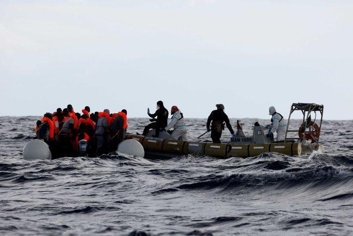 Felborult egy menekülteket szállító hajó Tunézia partjainál, sokan meghaltak