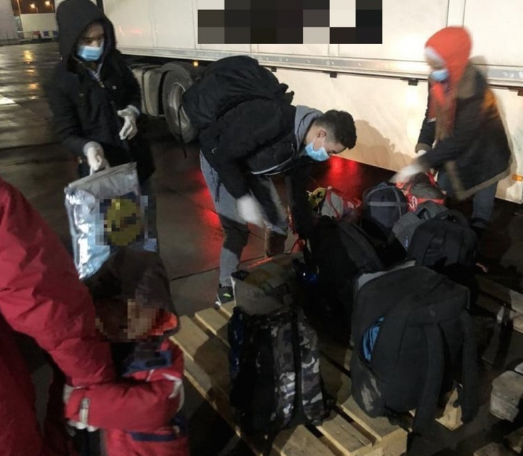 Tizenegy illegális migránst találtak egy kamion rakterében, gyermekek is voltak velük