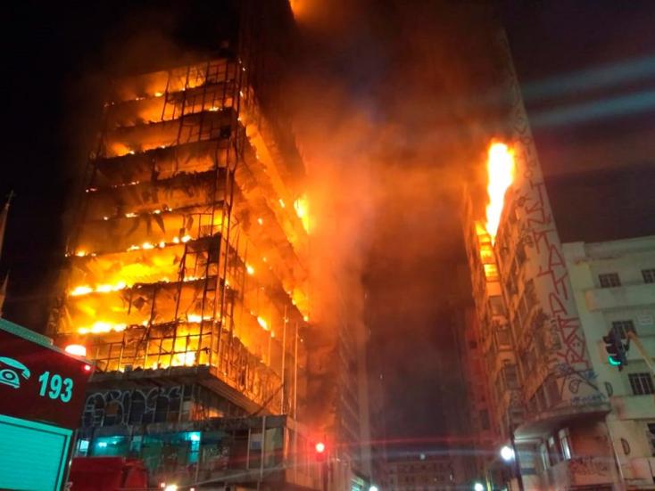 Kigyulladt, majd összeomlott egy toronyház - rengetegen eltűntek