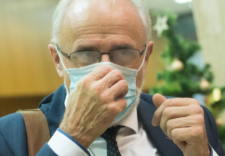 LÉNYEG: Javul a járványhelyzet, de egyre rövidebb a várólista, pedig az emberek harmada sincs még beoltva, óriási a különbség kelet és nyugat között